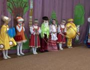 """Воспитатель и дети показывают сказку """"Мир похож на цветущий луг, если рядом с тобою друг"""""""