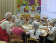 """Пекари на занятии """"Чудо-хлеб"""" с воспитателем Синичкиной О.Ю."""